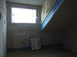 horní koupelna bez instalační stěny...vcelku menší, ale stačí