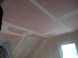 stropy finišují i v podkroví...ještě zednická stěrka