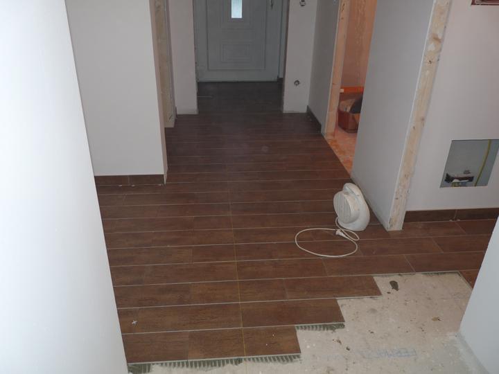 Naše NOVA 101 bez garáže model 2011 :o) - Dlažba v přízemí-chodby a techn. místnost-chateau hnědá ;-)...ta čára je vodící nit :-)