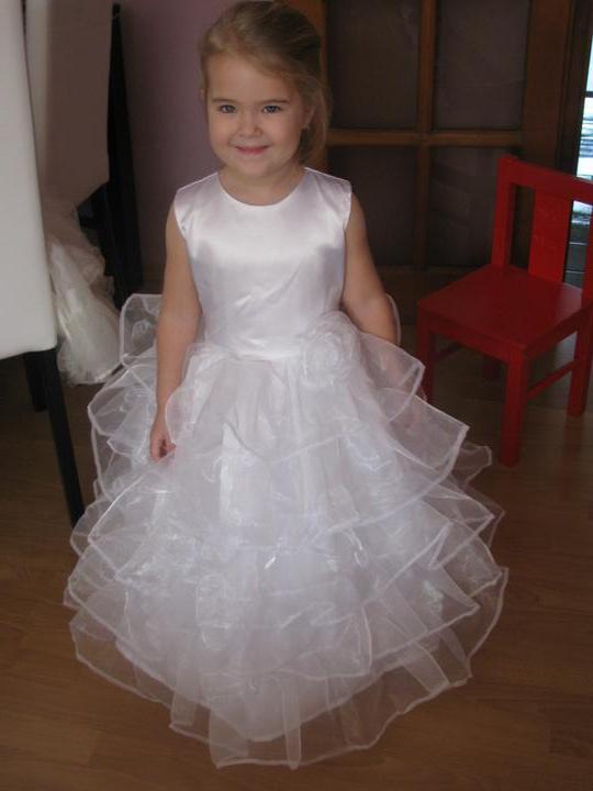 Svadobné...:-) - moja krásna družička, staršia dcérka, mladšej sa akosi vyskúšať nové šatky nechcelo:-))) ale budú rovnaké...