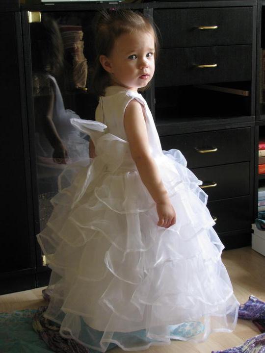 Svadobné...:-) - tak už sa dala nahovoriť do šiat aj naša krásna druhá družička, aj keď úsmev chýbal:-))