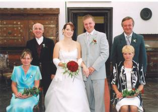 Novomanželé s rodiči.