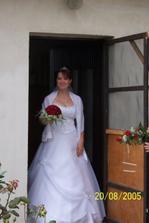 Nevěsta vychází z domu ženichových rodičů.