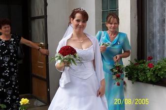 Před domem ženichových rodičů.
