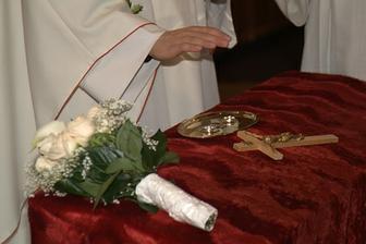 kytička, obrúčky a krížik