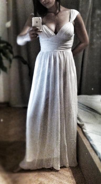 Šaty - momentálně můj největší favorit pro svatební šaty, nechám si je ušít jenom s trošku bohatší sukní a rovnou i dlouhý závoj. Zajímá mě váš názor.:-) (fotka je vypůjčená)