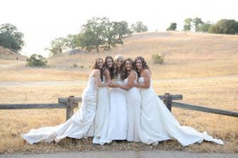 Sestry se nechaly nafotit ve svých svatebních šatech