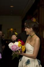 Nevěsta si svázala květinu z kvítků, které jí donesli hosté :)