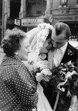 Berlínská zeď rozdělovala město na dvě části. Na snímku je nevěsta a rodiči, kteří žili ve východní části a kteří nedostali povolení se zúčastnit její svatby v části západní.