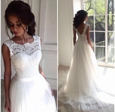 Svatební šaty s krajkou v dekoltu