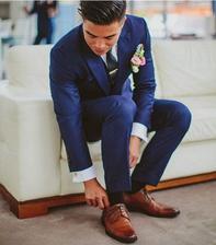 Modrý oblek, hnědé boty