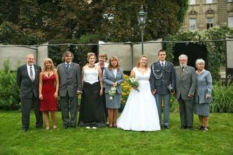 strejda Karel, Lenička, Tatínek, sestřenka,teta Olina, maminka nevěsty,děda Vágner a teta Maruška