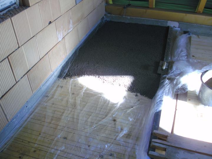 ...betonaz 2.NP,rucne po vedrach po schodoch... :-) - Obrázok č. 20