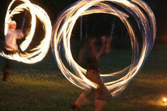 Odvážnou ohnivou show provázela půvabná hudba: Apocalyptica