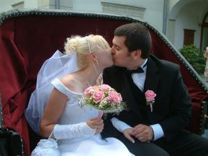 A další polibek...tentokrát v kočáře