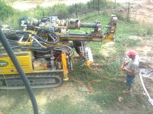 ..mašinku si přivedl na místo, jako když jsem si coby malý chlapec hrál s pásákem na dálkové ovládání:)