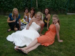 zleva: Janča, Renča, Léňa, Já, Ivka a moje ségra družička Markétka