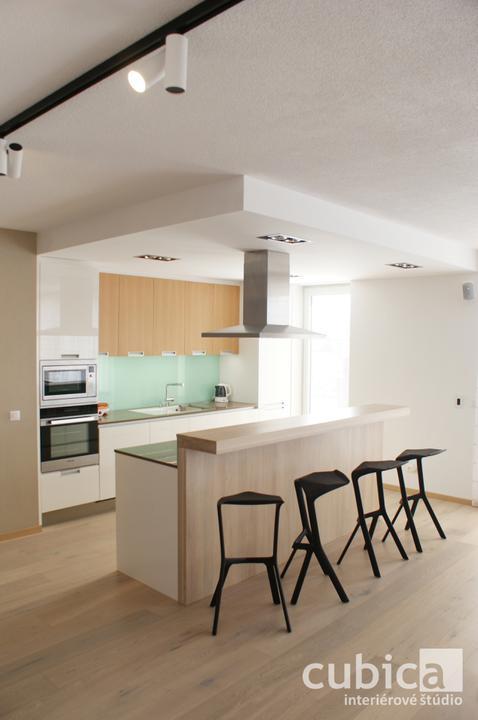 Návrh a realizácia interiéru - byt Zvolen - Návrh a realizácia interiéru bytu vo Zvolene - kuchynský ostrov s pultom z masívneho dubového dreva