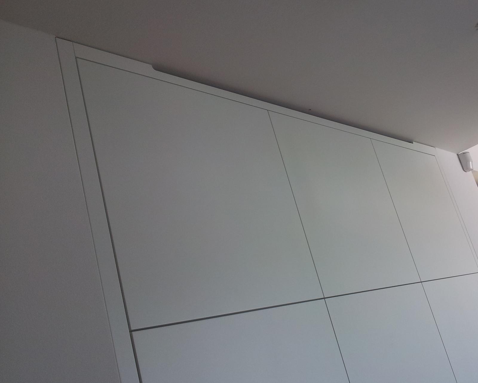 Biela lakovaná kuchyňa - detaily - foto dolištovania - výrez pre prúdenie vzduchu od spotrebičov