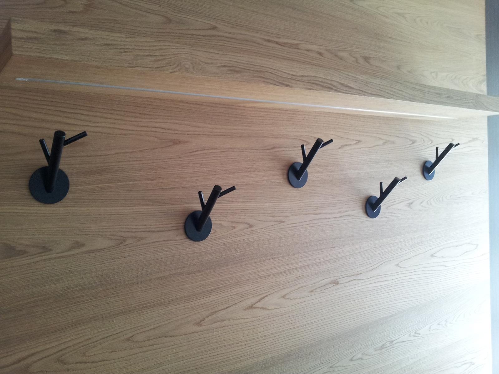 Dizajn a výroba nábytku na mieru Cubica - predsieňová zostava s vešiakmi