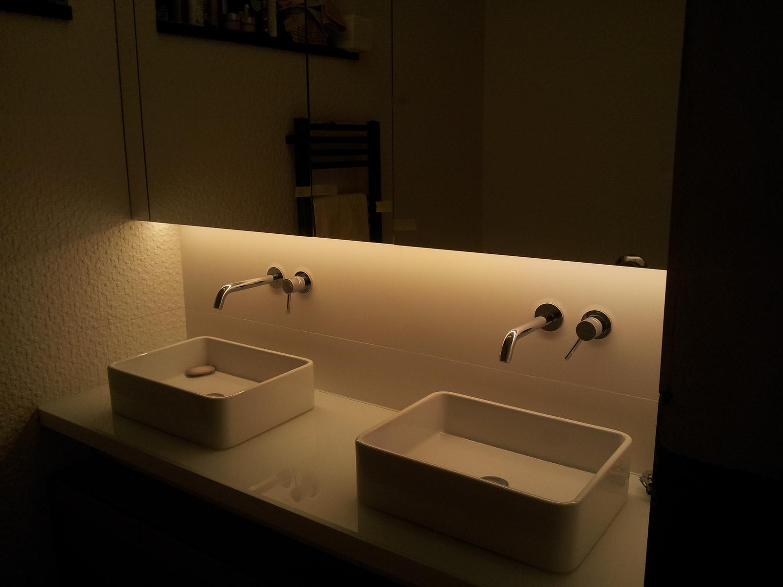 Dizajn a výroba nábytku na mieru Cubica - Kúpeľňová skrinka s LED osvetlením  - výroba cubica