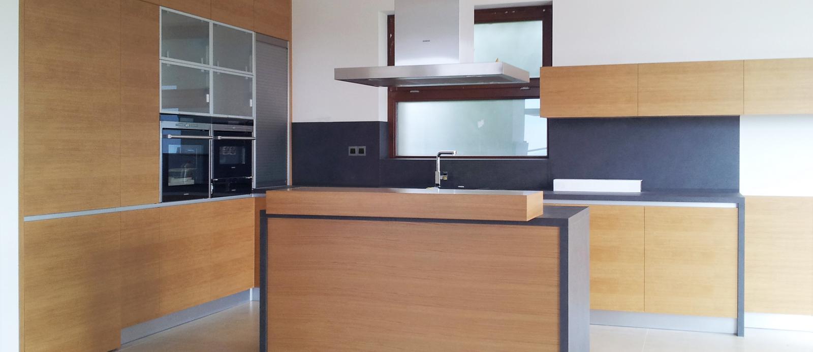 Dizajn a výroba nábytku na mieru Cubica - Dubová kuchyňa s pultom - dizajn a výroba cubica