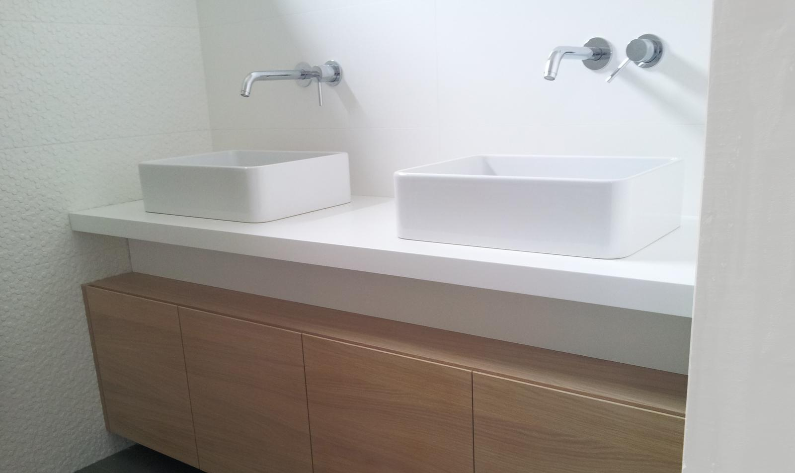 Dizajn a výroba nábytku na mieru Cubica - Kúpeľňová skrinka - pracovná doska biele bezpečnostné sklo - výroba cubica