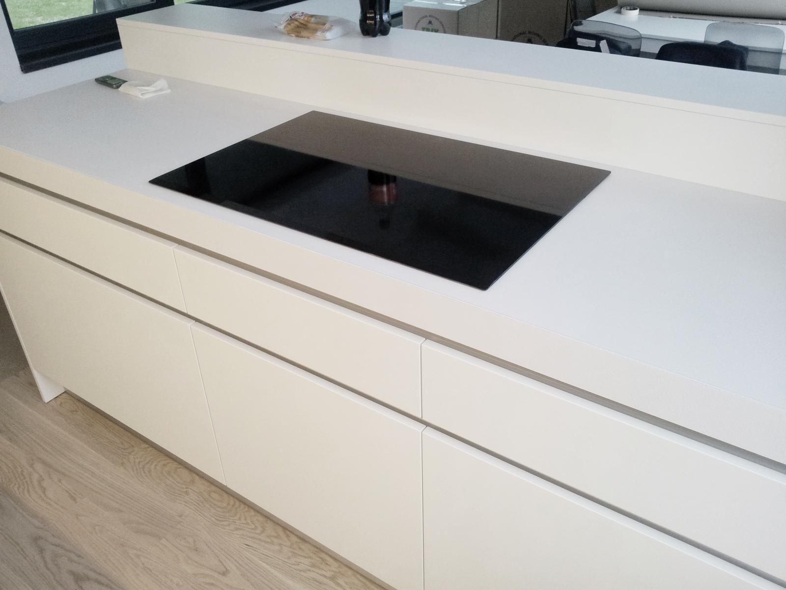 Dizajn a výroba nábytku na mieru Cubica - Biela kuchyňa - ostrov - výroba cubica