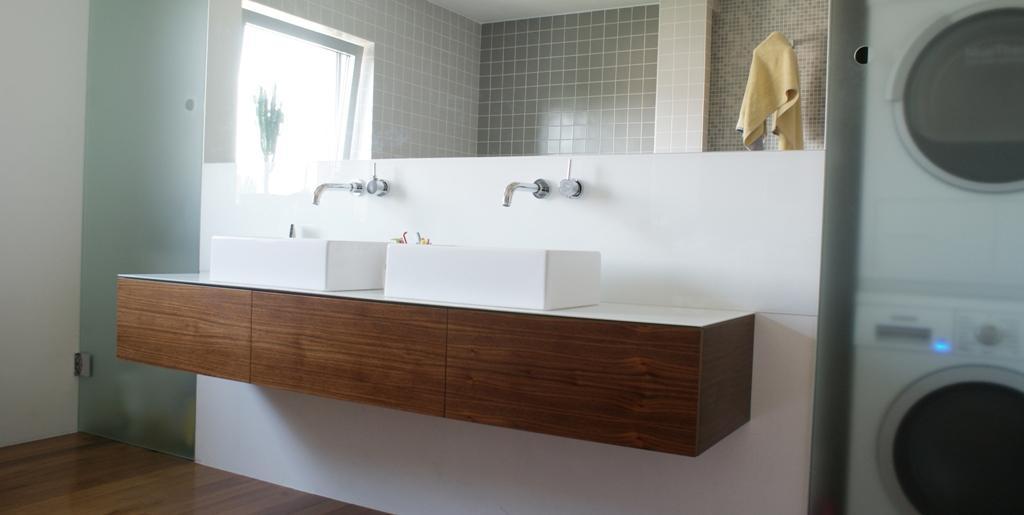 Dizajn a výroba nábytku na mieru Cubica - Kúpeľňová skrinka - americký orech a biele sklo - dizajn a výroba cubica