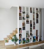 Knižnica - striekaná biela lesklá - dizajn a výroba cubica