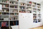 Vstavaná knižnica - striekaná biela matná - dizajn a výroba cubica