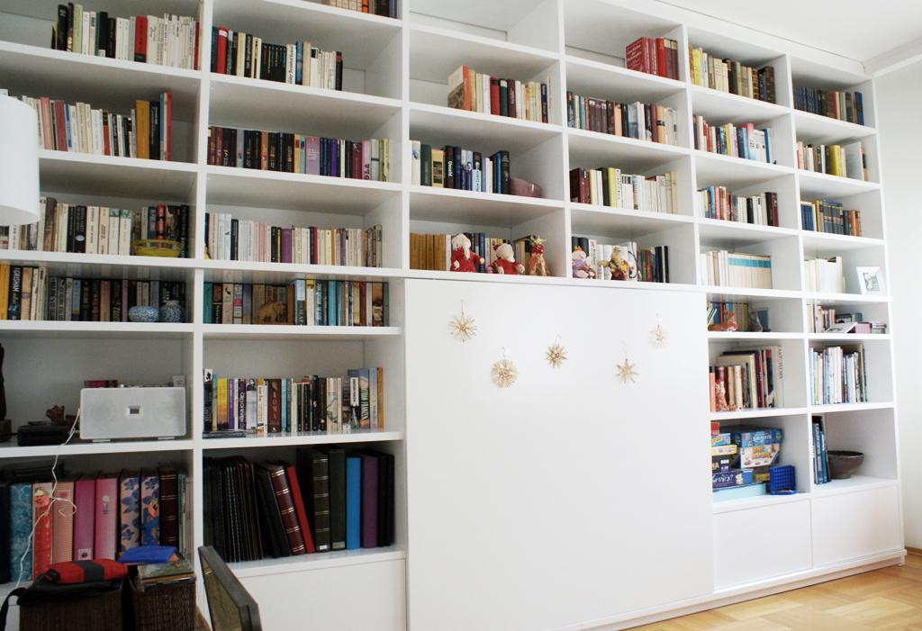 Dizajn a výroba nábytku na mieru Cubica - Vstavaná knižnica - striekaná biela matná - dizajn a výroba cubica