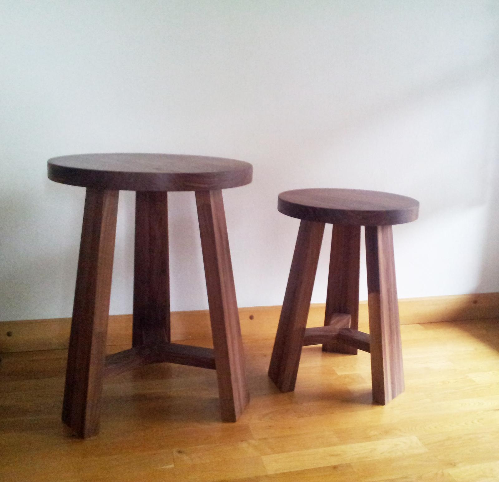 Dizajn a výroba nábytku na mieru Cubica - Okrúhle stolíky - masívny orech - dizajn a výroba cubica