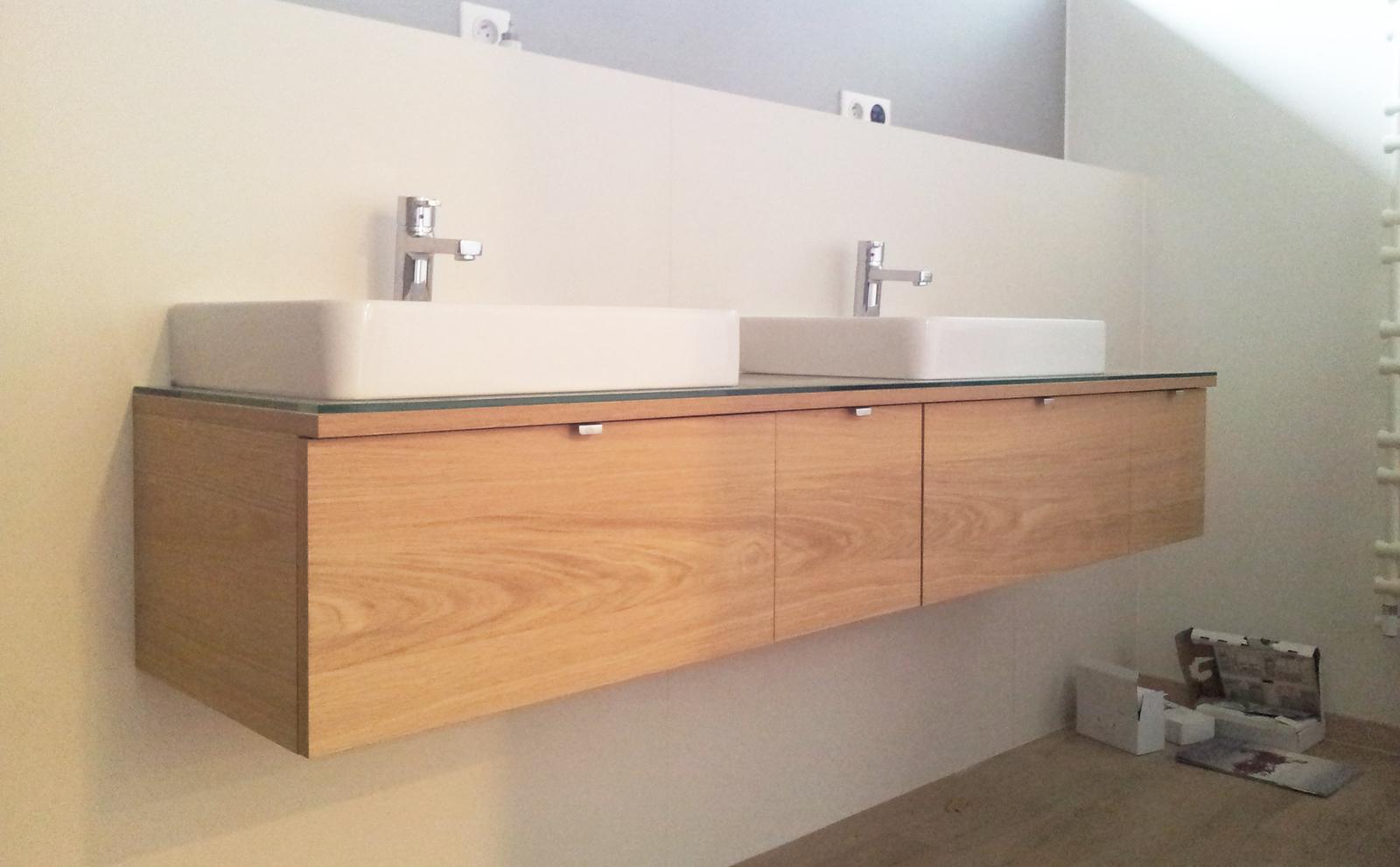 Dizajn a výroba nábytku na mieru Cubica - Kúpeľňová skrinka - dub a bezpečnostné sklo - dizajn a výroba cubica