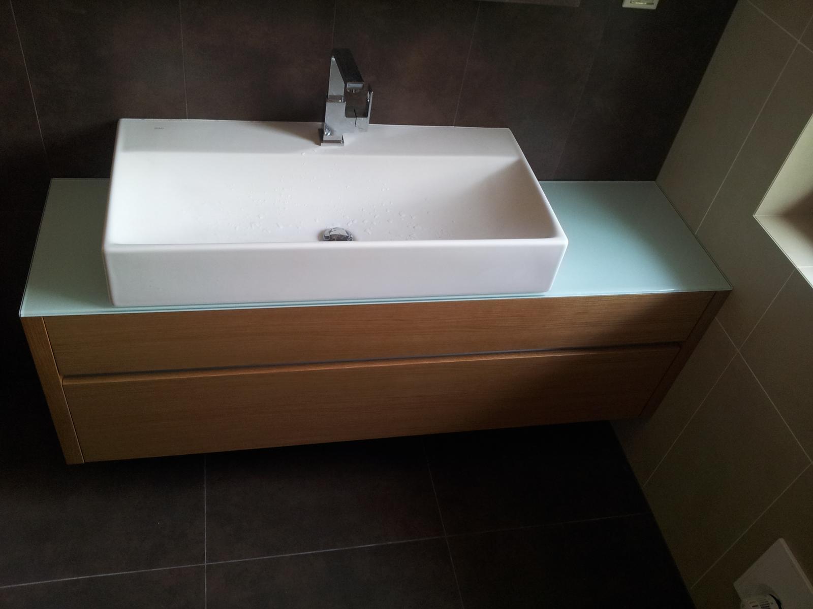 Dizajn a výroba nábytku na mieru Cubica - Dubová kúpeľňová skrinka - vrchná doska bezpečnostné sklo - dizajn a výroba cubica