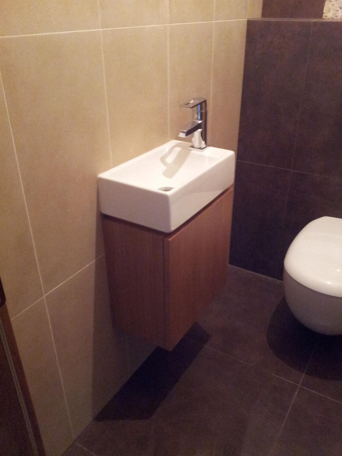 Dizajn a výroba nábytku na mieru Cubica - Dubová kúpeľňová skrinka s malým umyvadlom - dizajn a výroba cubica