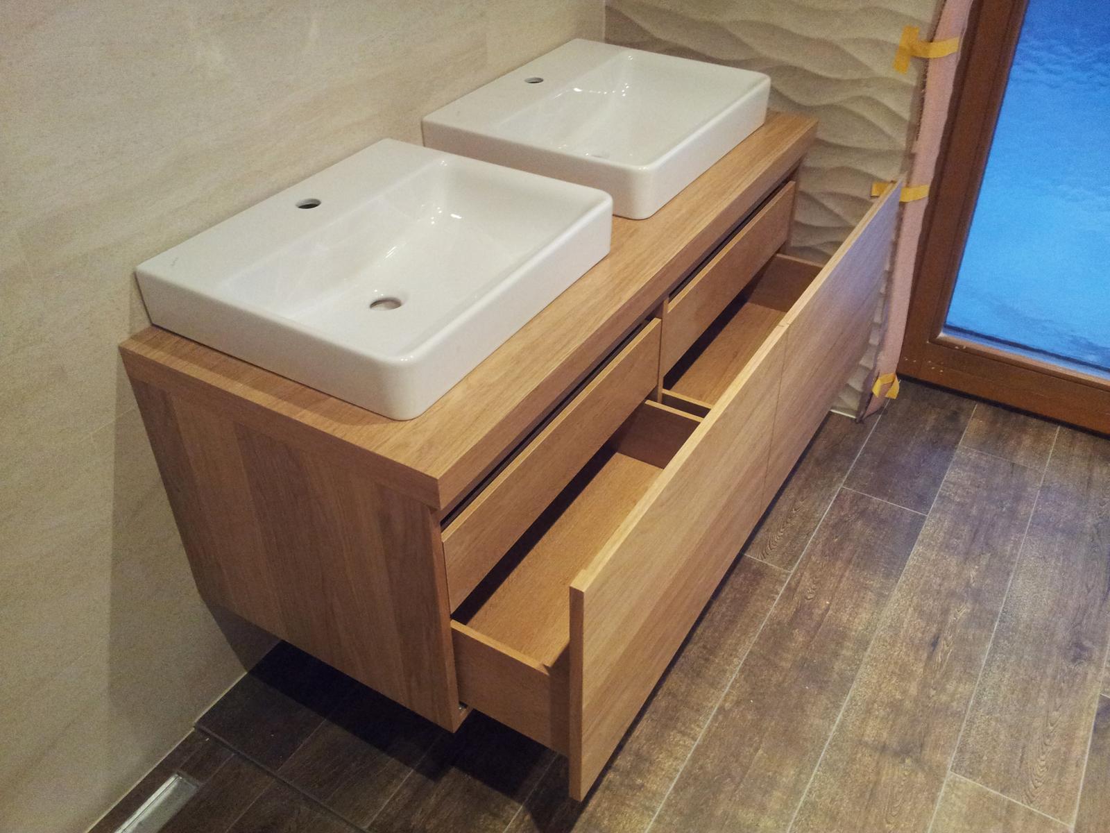 Dizajn a výroba nábytku na mieru Cubica - Závesná kúpeľňová skrinka so zásuvkami - dub prírodný - dizajn a výroba cubica