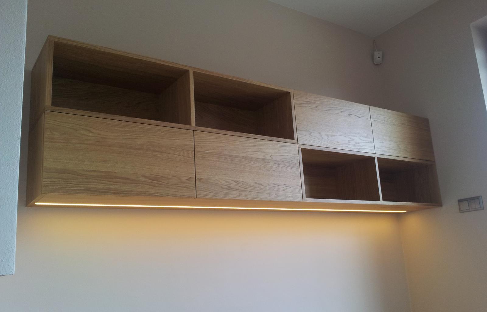 Dizajn a výroba nábytku na mieru Cubica - Závesná knižnica s LED osvetlením - dub prírodný - dizajn a výroba cubica