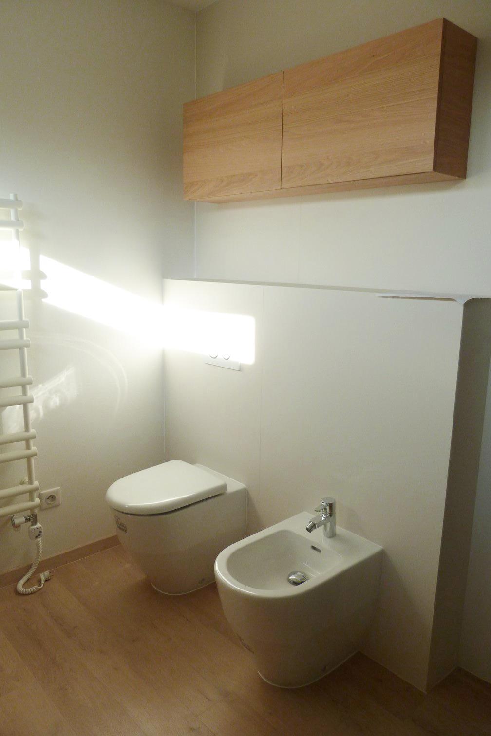 Dizajn a výroba nábytku na mieru Cubica - Závesná skrinka nad WC - dub prírodný - dizajn a výroba cubica
