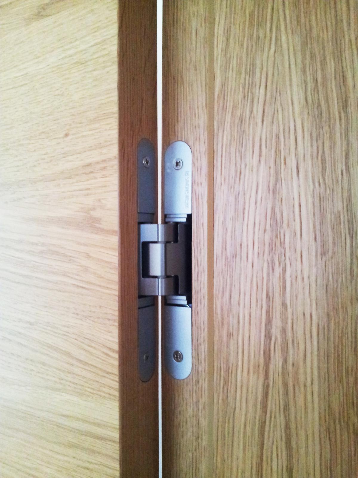 Dizajn a výroba nábytku na mieru Cubica - Bezfalcové interiérové dvere - detail pántu - dizajn a výroba cubica