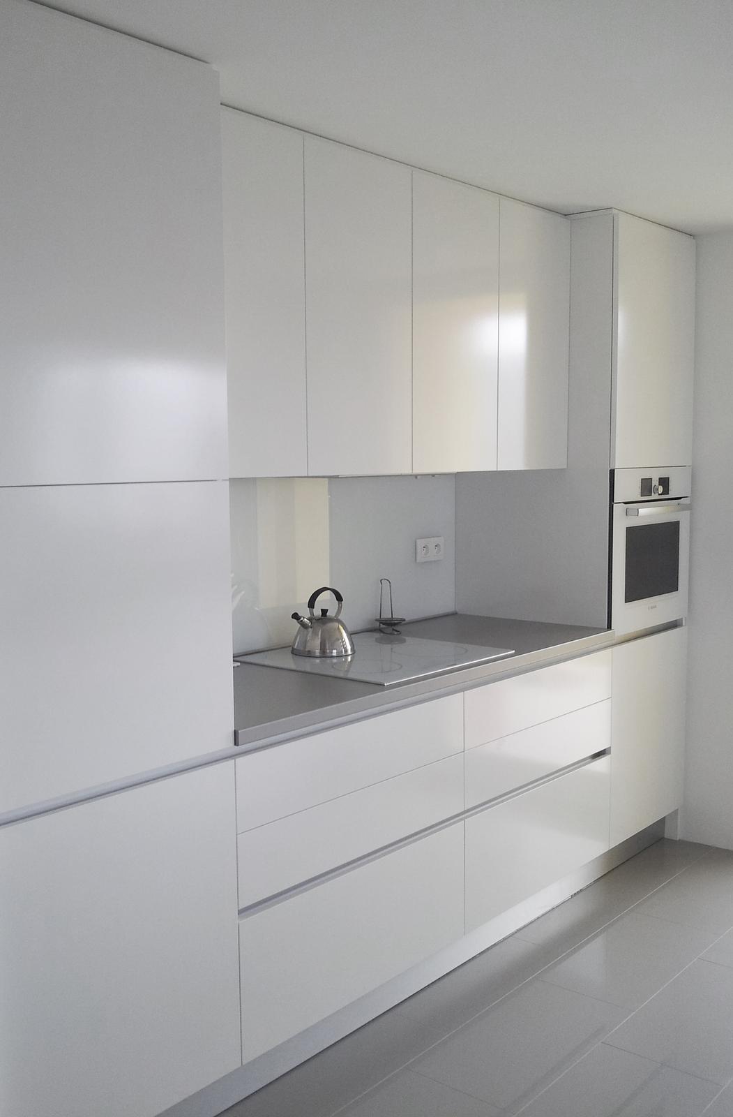 Dizajn a výroba nábytku na mieru Cubica - Biela kuchynská linka - dizajn a výroba cubica