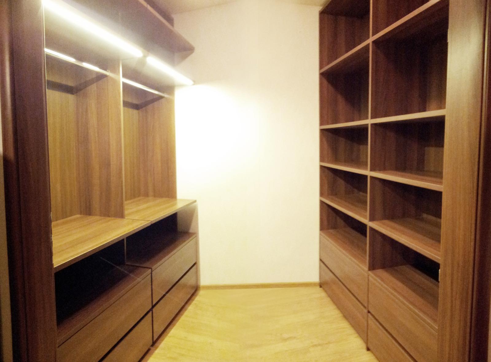 Dizajn a výroba nábytku na mieru Cubica - Vstavaný šatník s LED osvetlením - orech - dizajn a výroba cubica