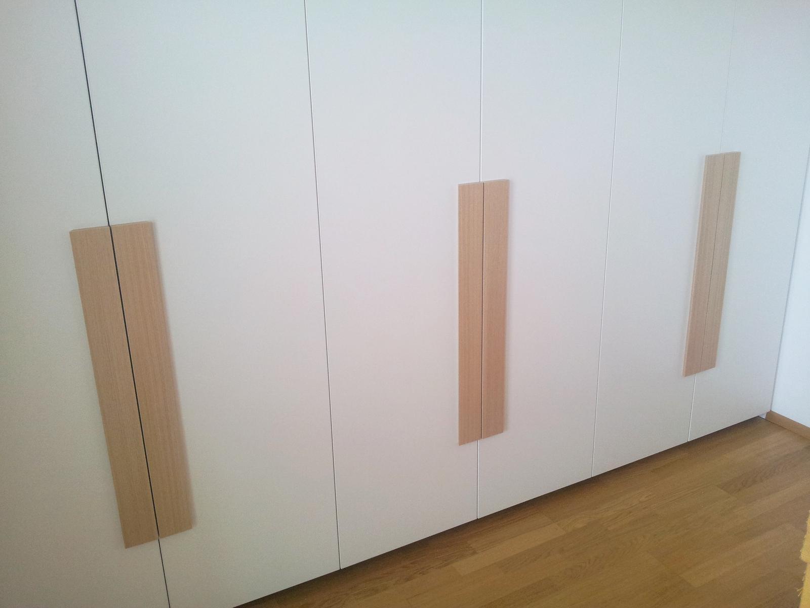 Dizajn a výroba nábytku na mieru Cubica - Vstavaný šatník s krídlovými dverami - dubové uchýtky - dizajn a výroba cubica