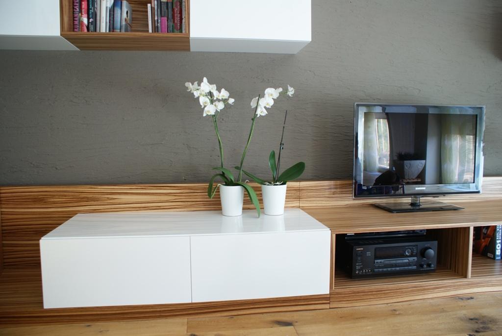 Dizajn a výroba nábytku na mieru Cubica - TV zostava s knižnicou - prevedenie dýha zebrano a biely vysoký lesk - dizajn a výroba cubica