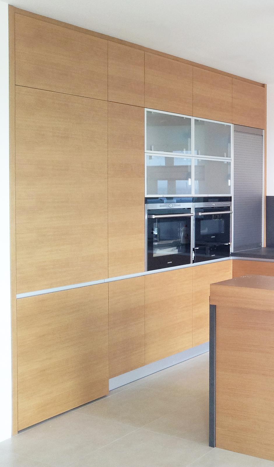 Dizajn a výroba nábytku na mieru Cubica - Dubová kuchyňa - vysoké skrinky so vstavanými spotrebičmi a dverami do komory - dizajn a výroba cubica
