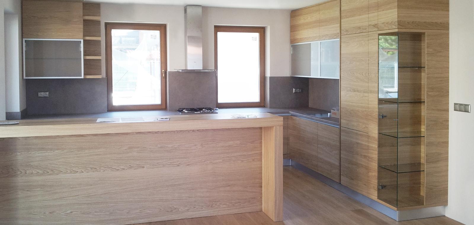 Dizajn a výroba nábytku na mieru Cubica - Kuchynská linka s pultom a vitrínou - prevedenie dub prírodný - dizajn a výroba cubica