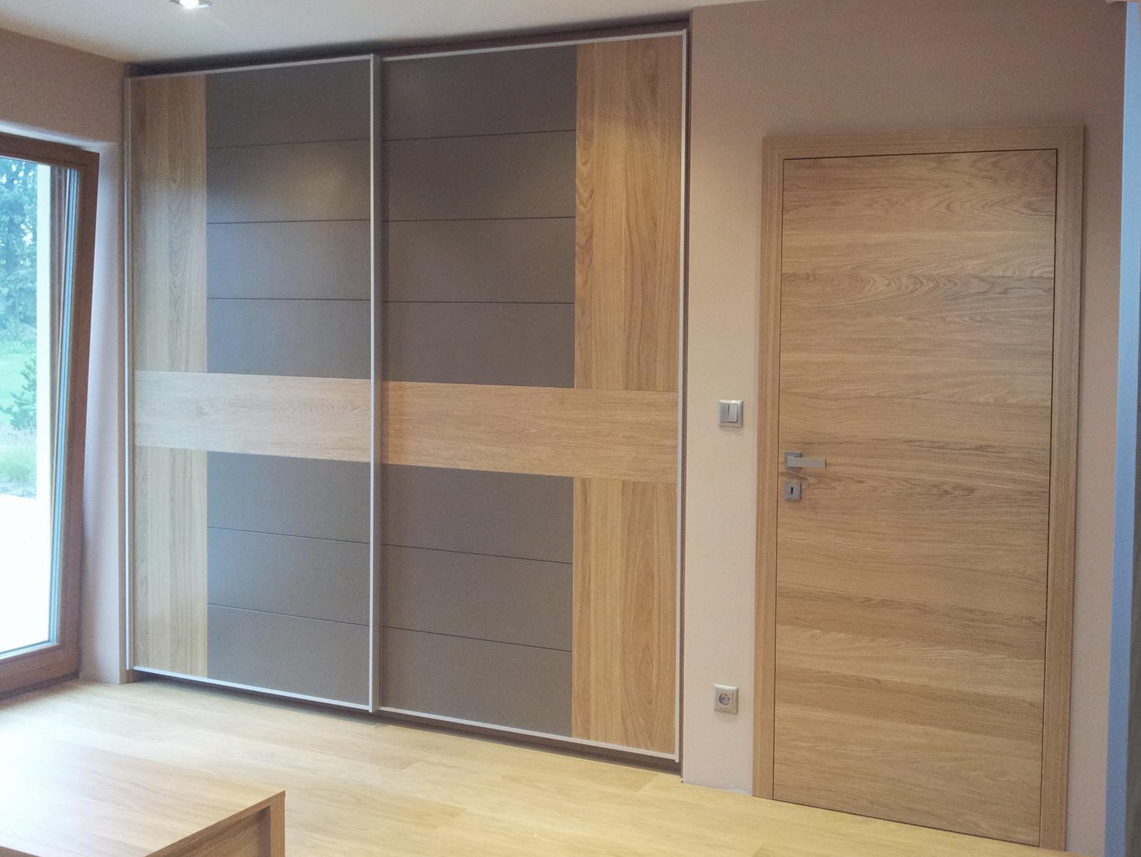 Dizajn a výroba nábytku na mieru Cubica - Vstavaný šatník sposuvnými dverami - prevedenie dub prírodný a šedá farba - dizajn a výroba cubica