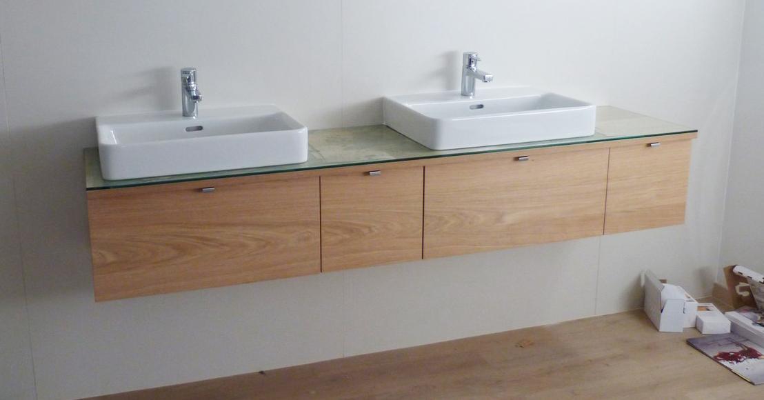 Dizajn a výroba nábytku na mieru Cubica - Závesná kúpeľňová skrinka - dub a bezpečnostné sklo - dizajn a výroba cubica