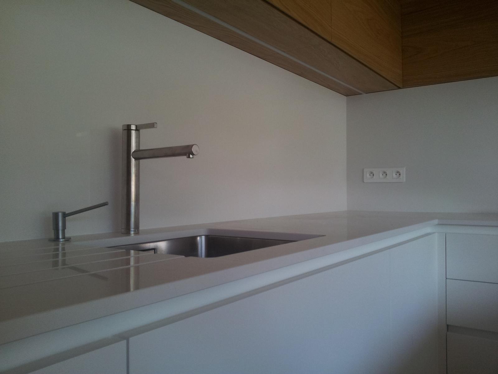 Dizajn a výroba nábytku na mieru Cubica - biela pracovna doska z technickeho kamena