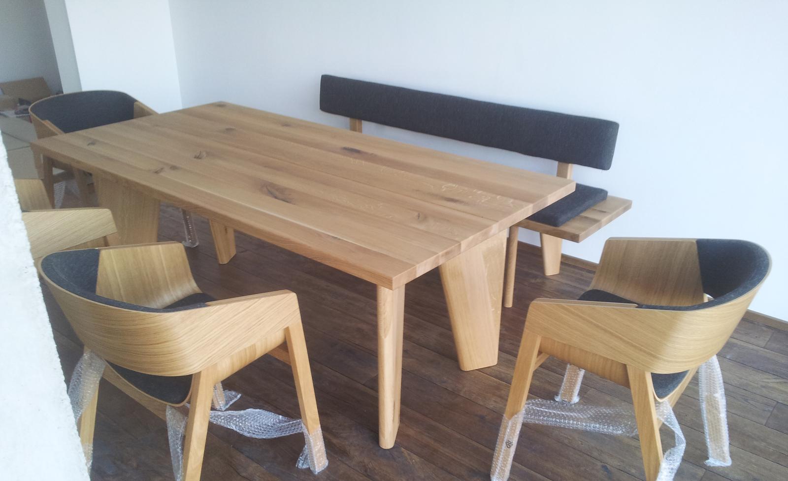 Dizajn a výroba nábytku na mieru Cubica - Jedálenský stôl TAFEL 2000x1000 s lavičkou z masívneho dubového dreva a kresielkami Merano TON